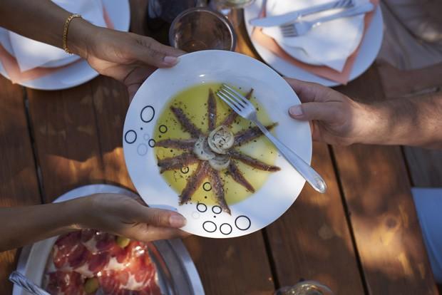 Com a empresa Trafalgar, é possível jantar em um jardim secreto dentro do Vaticano; ingredientes vêm da fazenda do Papa em CastelGandolfo (Foto: Divulgação)
