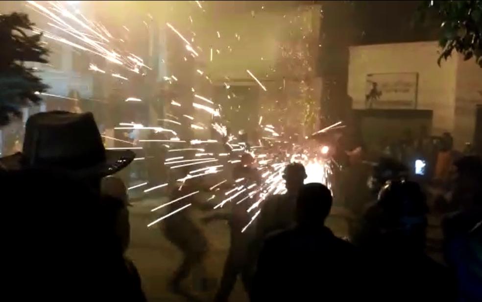 Guerra de espadas é tradição na cidade há mais de 70 anos (Foto: Juliana Viana/TV São Francisco)