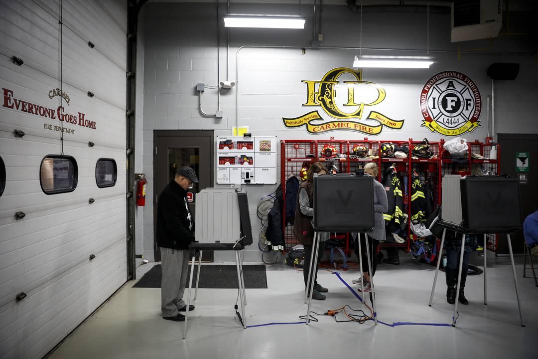 Americanos votam nesta terça-feira (6) em posto dos bombeiros em Carmel, Indiana