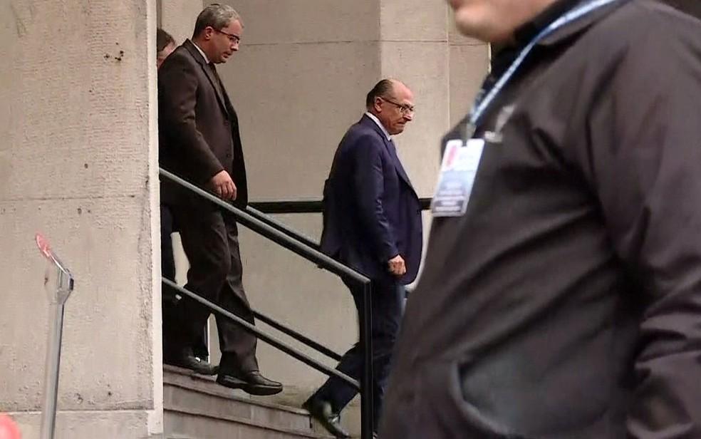 Alckmin deixa a sede do MP paulista em 15 de agosto, após prestar depoimento sobre a suspeita de caixa 2. (Foto: GloboNews/Reprodução)