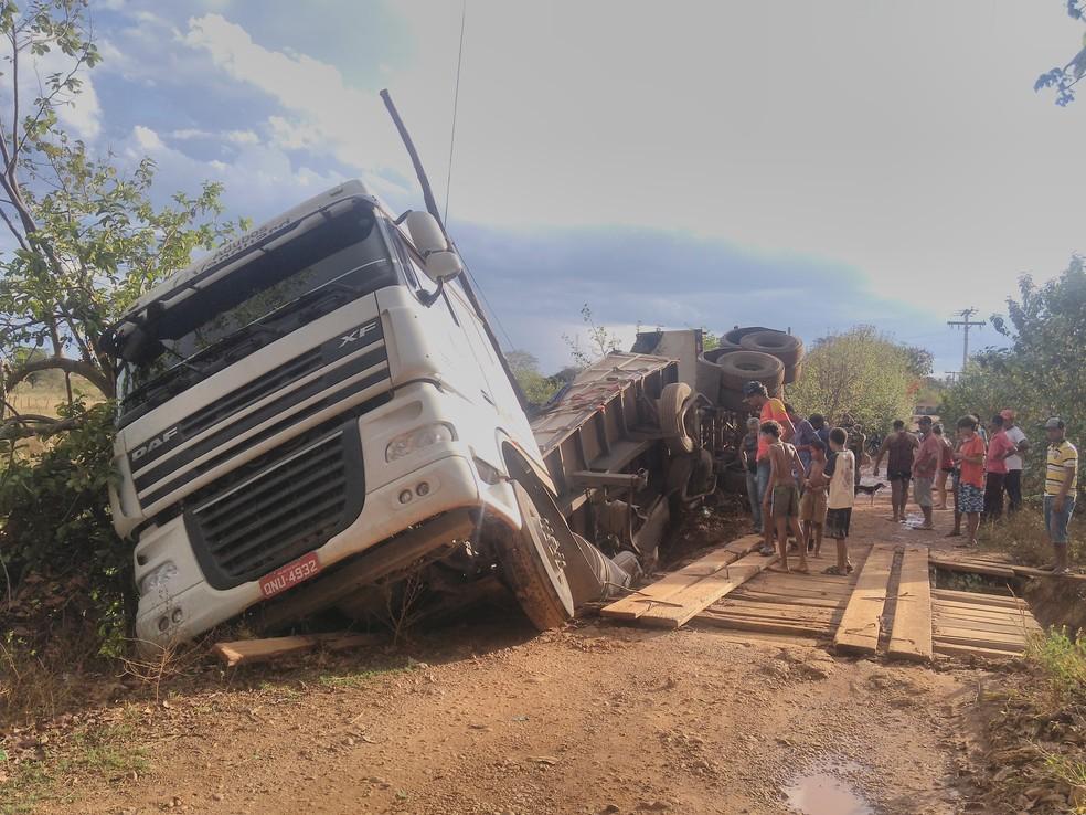 Carreta tombou depois de uma tábua da ponte ter trincado na estrada rural de Montes Claros — Foto: Danilo Santos/ Arquivo pessoal