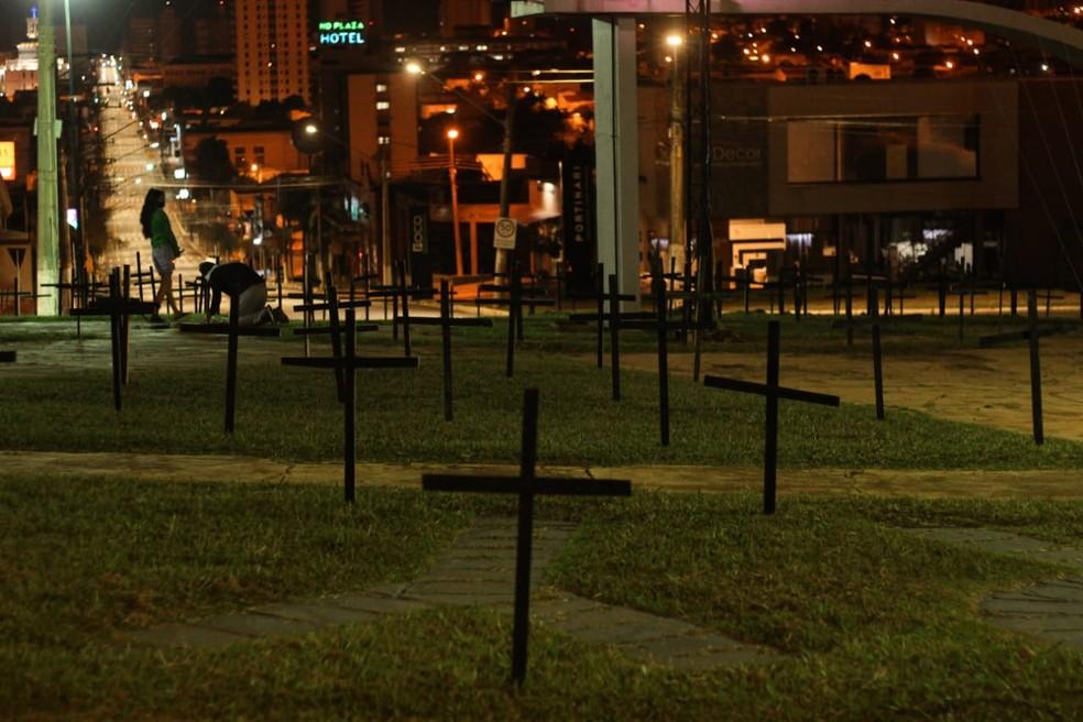 Intervenção com cruzes para homenagear vítimas da Covid-19 gera repercussão em Assis (SP) — Foto: Maria Julia Benelli/ Arquivo pessoal