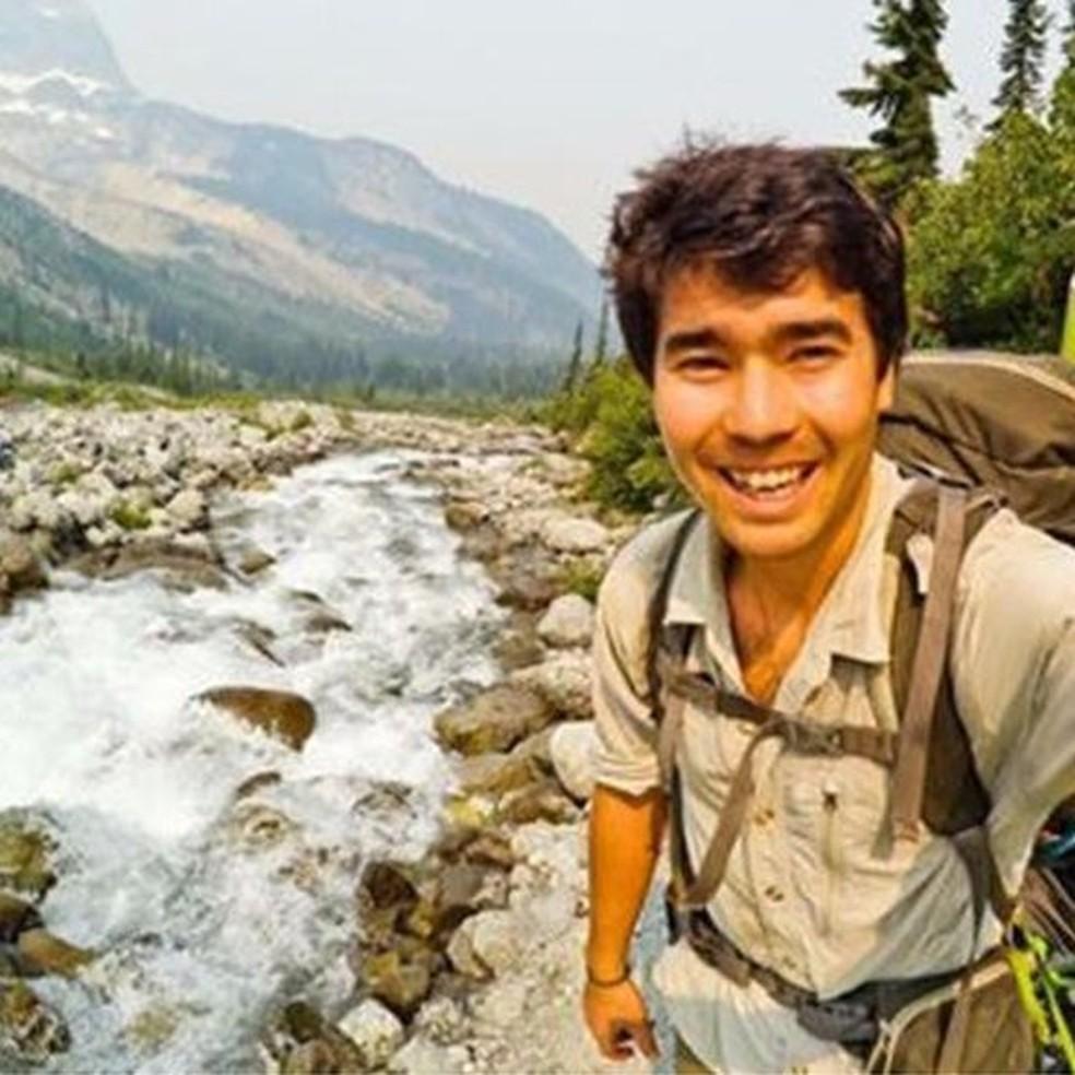No Instagram, @johnachau descrevia a si mesmo como 'um sobrevivente de picada de cobra' e 'paramédico da natureza selvagem' — Foto: Reprodução/Instagram/ John Chau
