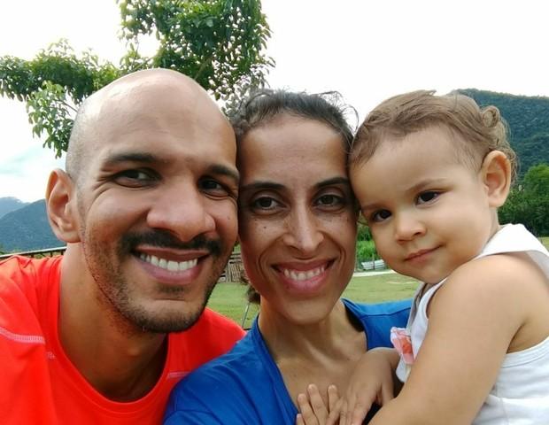 Os pais, Roberto e Sabrina, se comunicam com filha pela língua de sinais (Foto: Reprodução/Facebook)