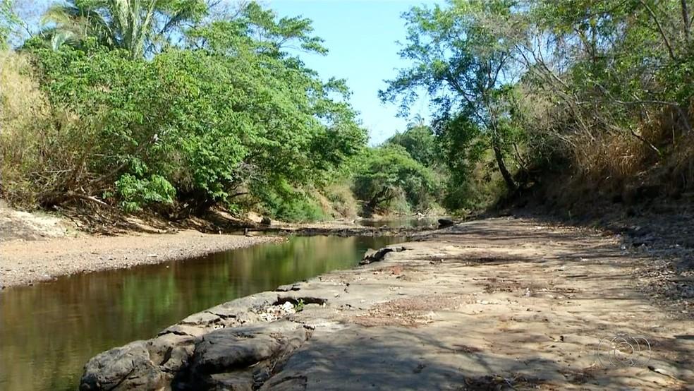 Leito de rio seca em Miranorte (Foto: Reprodução/TV Anhanguera)