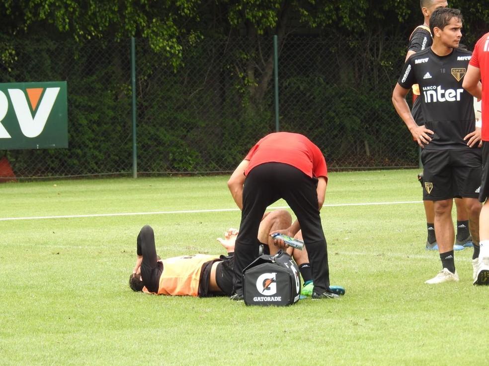 Nenê fica caído no gramado após dividida em treino do São Paulo — Foto: Marcelo Hazan