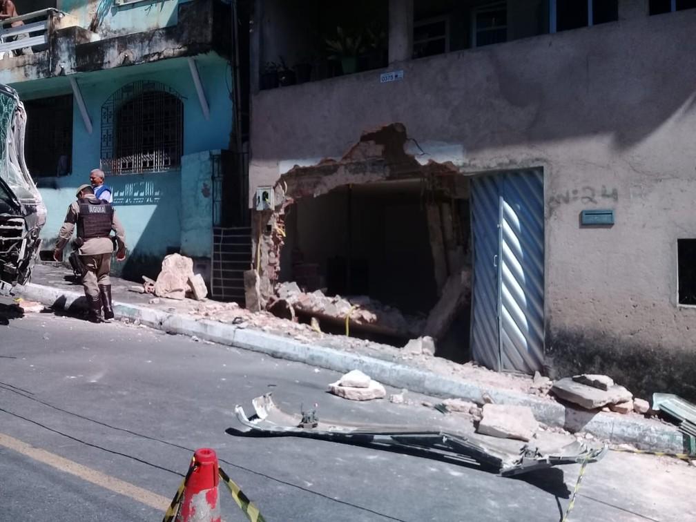 Casa que foi atingida por micro-ônibus da PM desgovernado, em Salvador â?? Foto: Cid Vaz/TV Bahia