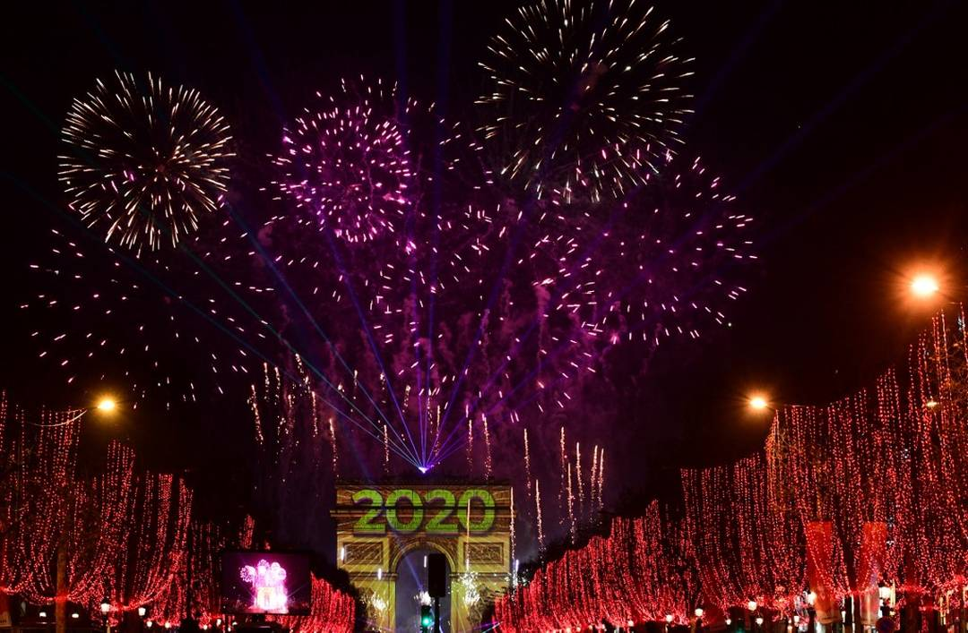 Fogos de artifício iluminam o céu sobre o Arco do Triunfo durante as comemorações do Ano Novo na avenida Champs Elysees, em Paris