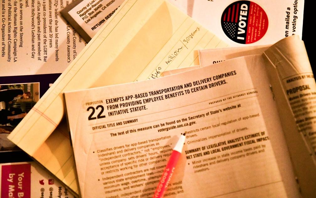 Material de eleição presidencial é mostrado online em Los Angeles, Califórnia — Foto: Rodin Eckenroth/Getty Images/AFP