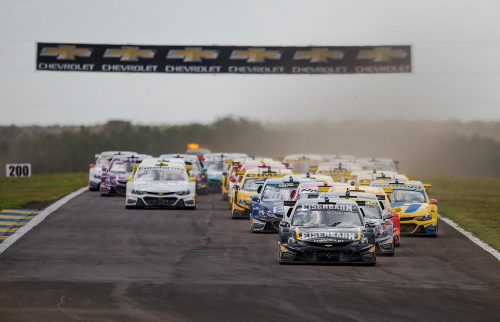 Largada da prova 2 da Stock Car em Campo Grande, com Vitor Genz à frente (Foto: Duda Bairros / Stock Car)