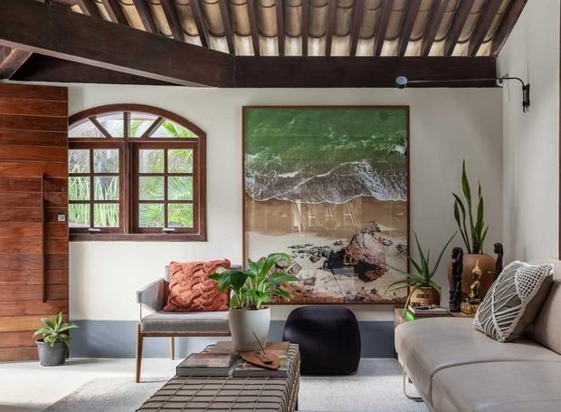 Na Sala de Estar, sofá e banco que também serve de mesa de centro, ambos da Lider Interiores em couro natural. Tapete da Bagdá. Quadro do fotógrafo Kiolo (Foto: Gabriela Daltro / Divulgação)