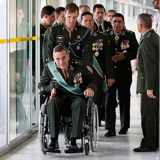 O general Eduardo Villas Bôas chega, em 28 de fevereiro, à cerimônia em homenagem ao general Antonio Hamilton Mourão (o terceiro da fila), que passava para a reserva (Foto: Michel Filho / Agência O Globo)