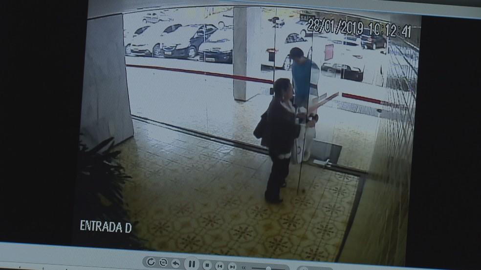 Imagem de câmara de segurança do prédio da 316 Norte mostra Diva Maria Maia da Silva ao lado do filho, Régis do Carmo, minutos antes do crime — Foto: Reprodução