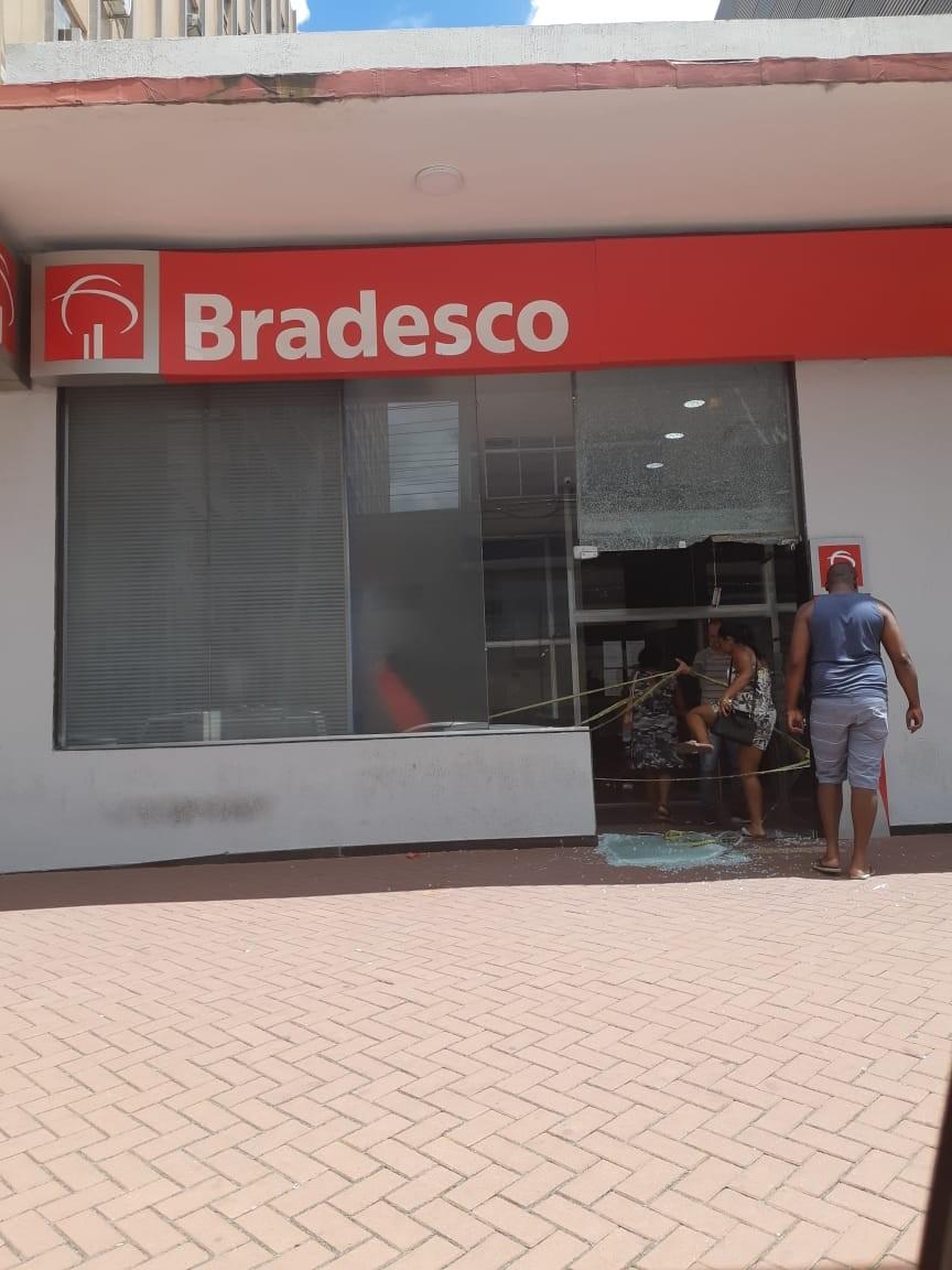 Vidros de agência bancária são quebrados na Vila Santa Cecília, em Volta Redonda - Noticias