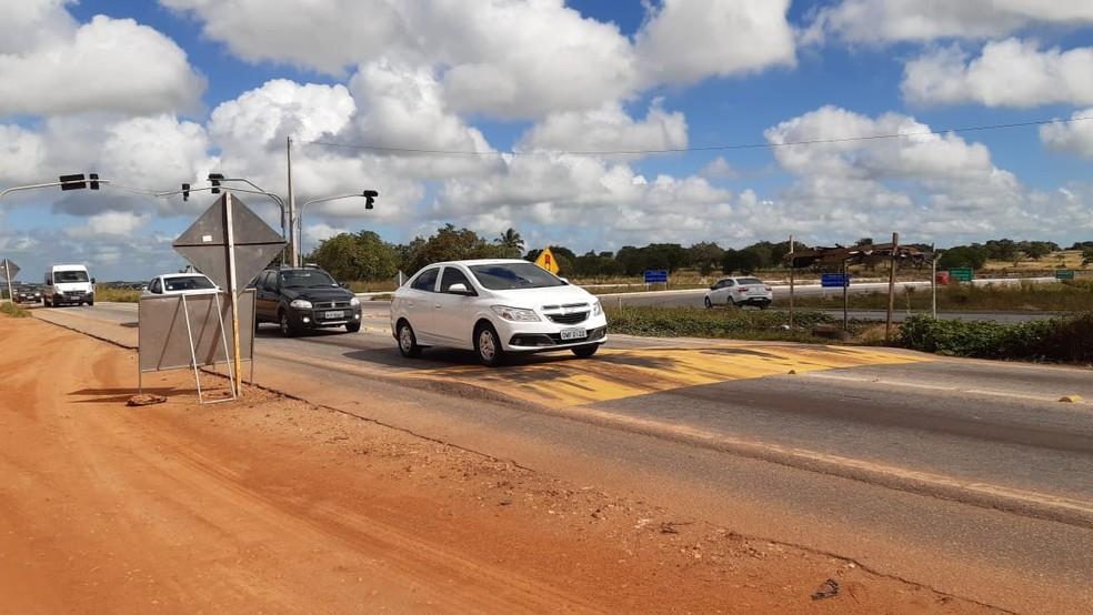 Assaltantes aproveitaram redução de velocidade perto de lombada na BR-304, para tomar carro na noite desta segunda-feira (8) na Grande Natal — Foto: Sérgio Henrique Santos/Inter TV Cabugi