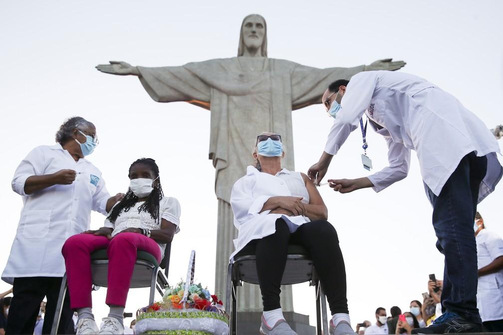 Dulcineia da Silva Lopes recebe dose da CoronaVac aos pés do Cristo Redentor, nesta segunda-feira (18), no Rio de Janeiro. — Foto: REUTERS/Ricardo Moraes