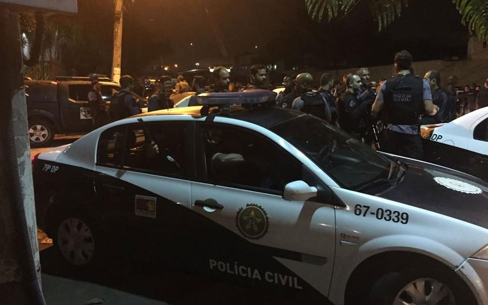 Agentes da Polícia Civil se concentraram na Divisão de Homicídios de Niterói na madrugada desta quarta (16) (Foto: Cristina Boeckel / G1)