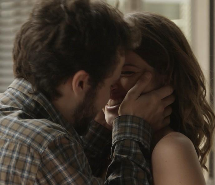 Camila e Giovanni se beijam (Foto: TV Globo)