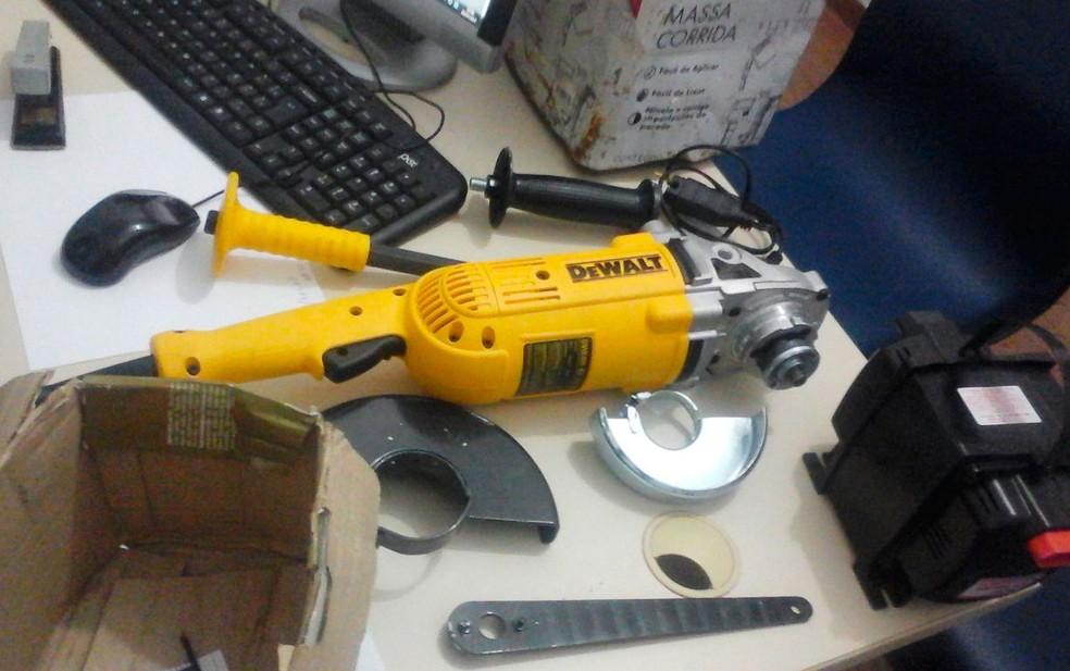 Lixadeira que teria sido usada no crime foi apreendida pela polícia (Foto: Site Bahia10/Leandro Alves)