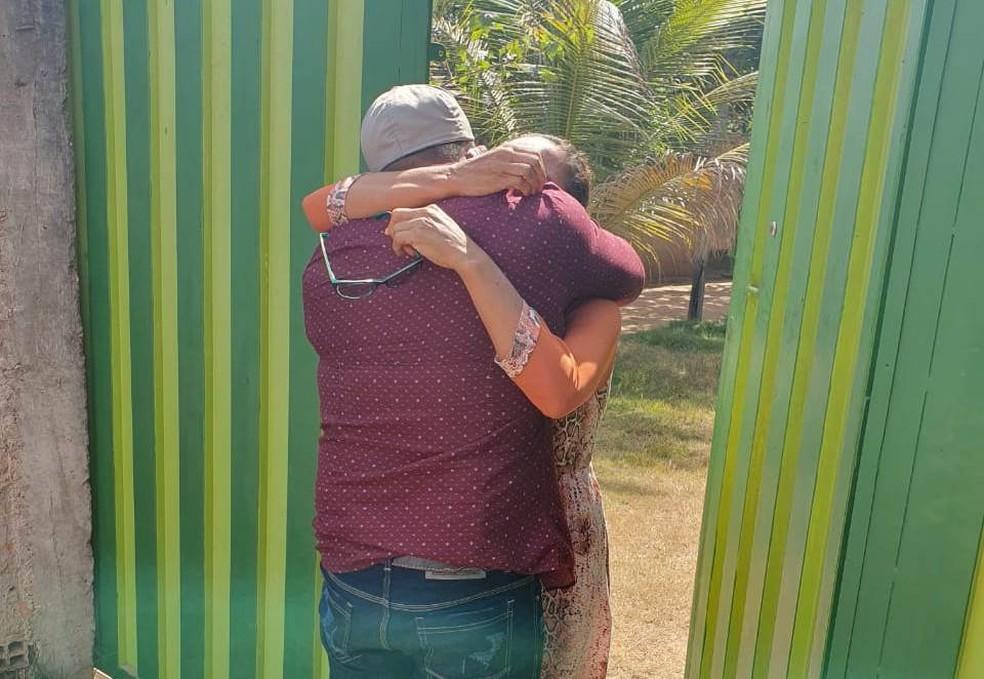 Mãe e filho se reencontram após 22 anos em Cuiabá — Foto: Polícia Civil