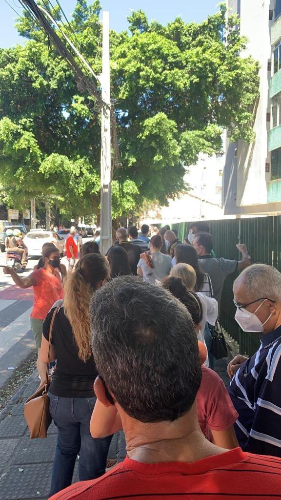 Exame da OAB provoca aglomerações em locais de prova do Recife