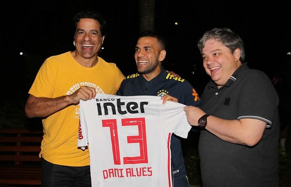 Daniel Alves foi presenteado com a camisa do São Paulo durante a Copa América — Foto: Rubens Chiri / saopaulofc.net