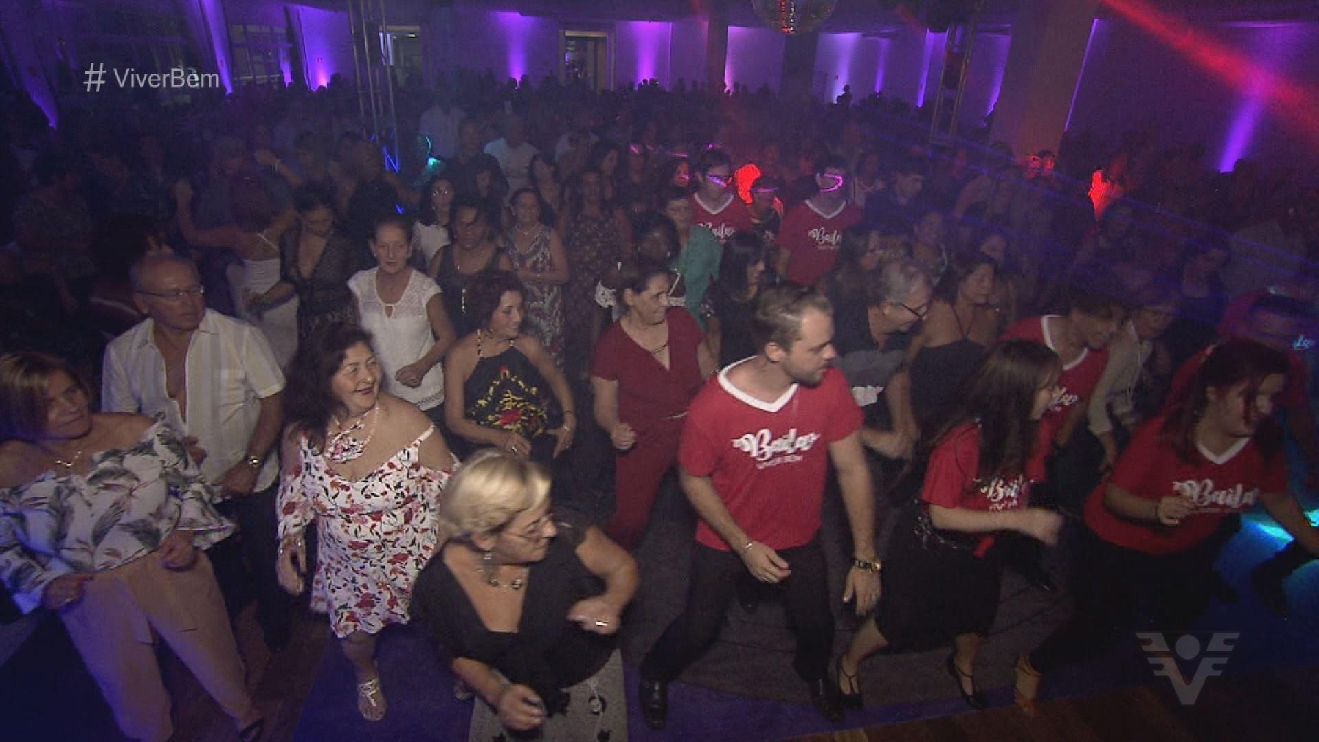 Baila Viver Bem reúne centenas de pessoas na 3ª edição em Santos, SP