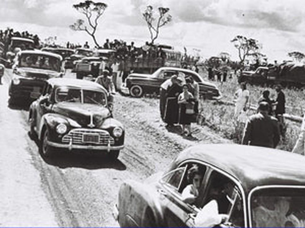 Pioneiros - Candangos chegando para a celebração da primeira missa em Brasília, em 1957 — Foto: Arquivo Público do Distrito Federal