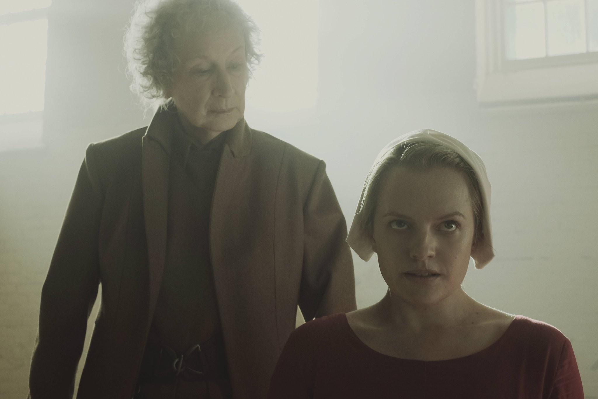 Margaret Atwood em cena da série The Handmaid's Tale (Foto: Divulgação)