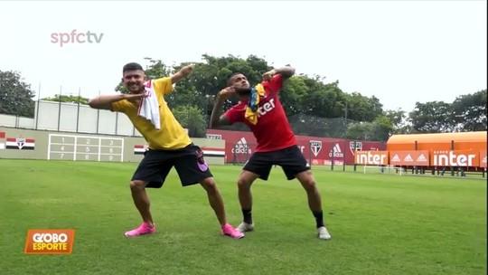 Petrucio Ferreira, atleta paralímpico mais rápido do mundo, visita o São Paulo e troca presentes com Daniel Alves