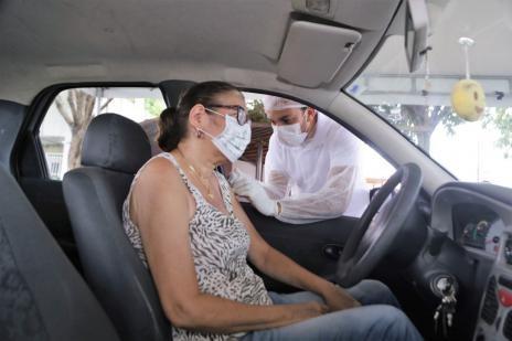 Grávidas e mulheres em pós-parto são vacinadas contra a gripe no formato drive thru em Araguaína