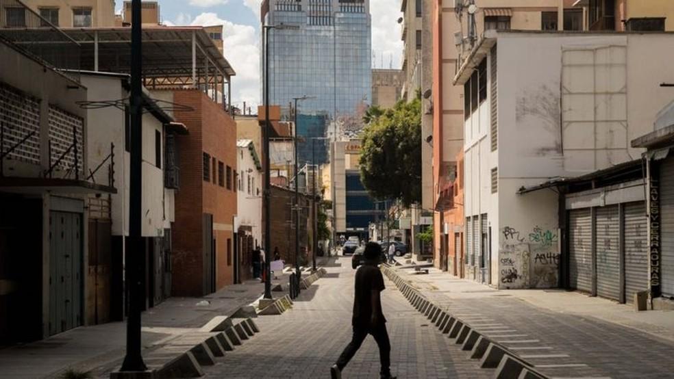 O bairro onde ela mora tem sofrido com constantes cortes de luz e de água — Foto: EPA via BBC