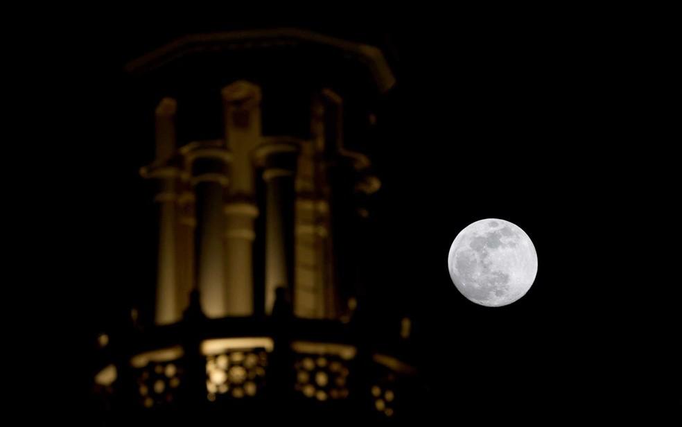A Lua sobre uma mesquita no emirado do Golfo de Dubai — Foto: Giuseppe Cacace / AFP Photo