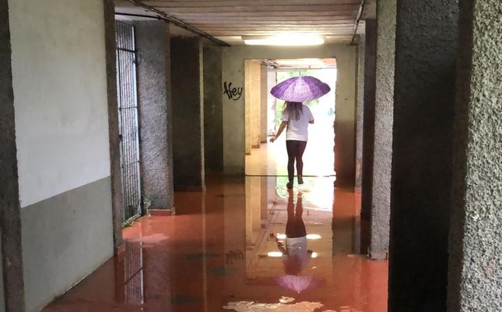 Corredor com pontos de alagamento na Universidade Federal de Santa Catarina (UFSC), em Florianópolis, durante o Enem em janeiro último — Foto: Carolina Fernandes/ G1 SC