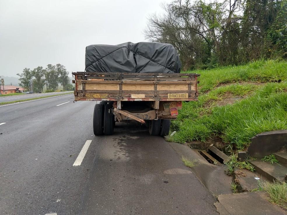 Caminhão estava parado no acostamento — Foto: Polícia Rodoviária Federal