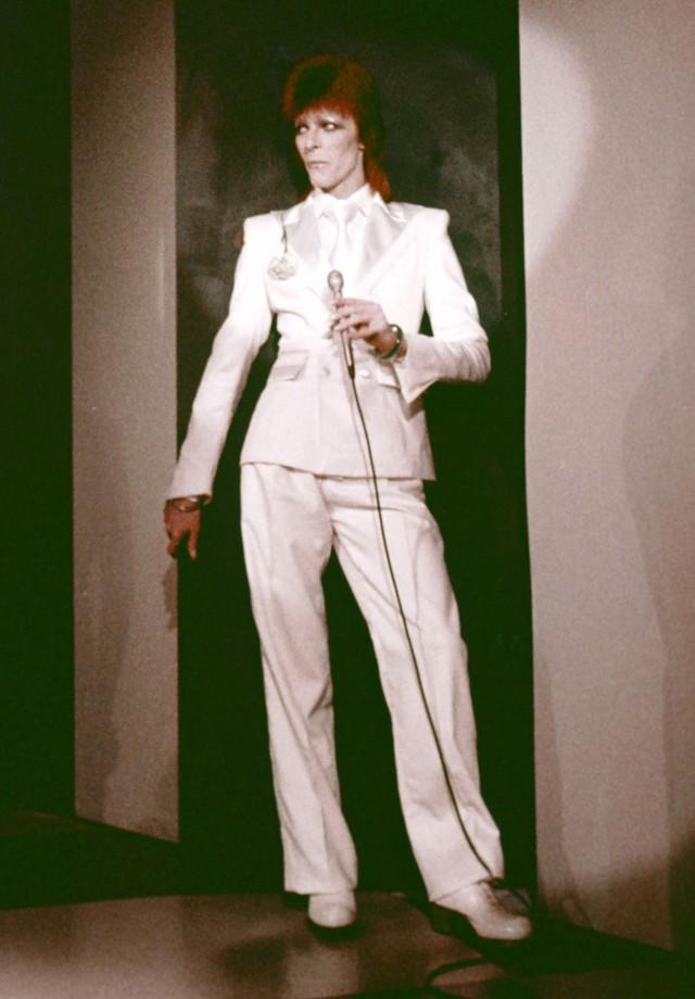 O look branco total e o paletó favorito de Bowie nos anos 70 e 80: mais curtinho, perfeito para uma releitura feminina. (Foto: Getty Images)