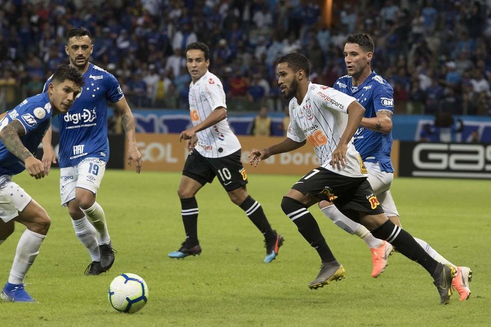 Everaldo em ação contra o Cruzeiro — Foto: Daniel Augusto Jr/Ag. Corinthians