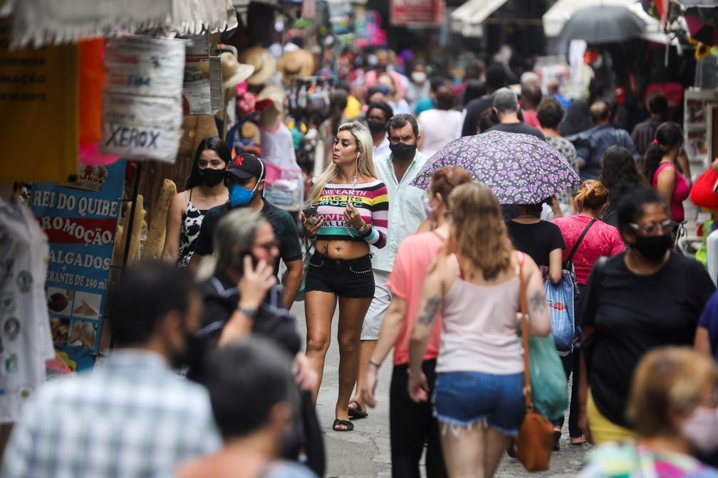 Pessoas andam em rua cheia no comércio do Rio de Janeiro em meio à pandemia de Covid-19, no dia 23 de dezembro. — Foto: Pilar Olivares/Reuters