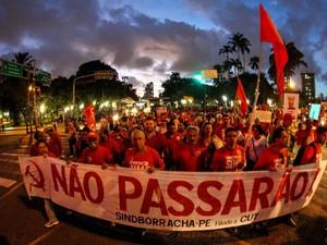 Manifestantes iniciaram marcha por volta das 18h, no Recife, em ato contra o impeachment (Foto: Aldo Carneiro/Pernambuco Press)