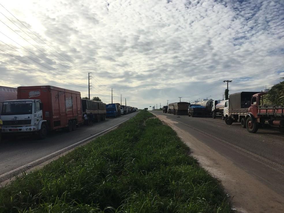 Na Vila Maranhão, no acesso à BR-135, caminhoneiros pararam e impedem a passagem de combustível que chega pelo porto (Foto: Marcos Vicinios/Mirante AM)