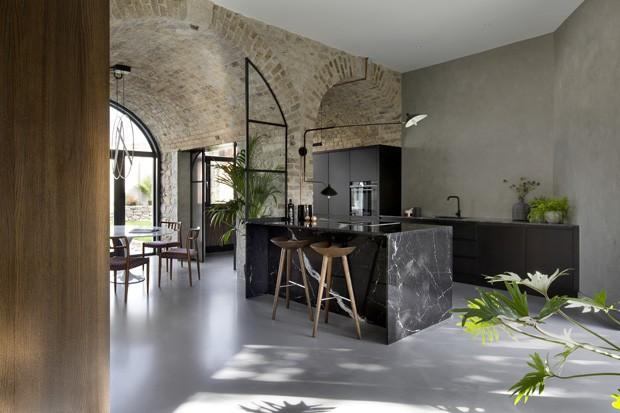 Esta casa cool já foi garagem de carruagens (Foto: Fotos Barbara Corsico/Divulgação)