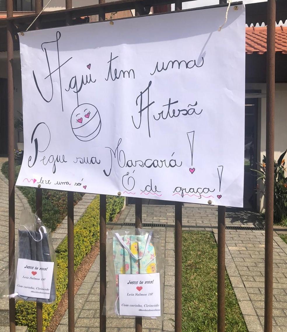 Artesã pendurou cartaz com máscaras para doação na frente de casa — Foto: Cirineide Marochi/Arquivo Pessoal