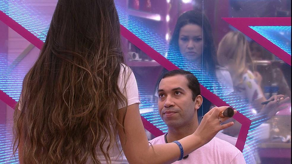 No BBB21, Gilberto questiona emoji dado por Juliette, que responde: 'Não quis me posicionar' — Foto: Globo