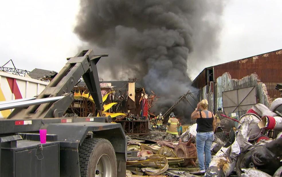 Incêndio atinge barracão da Renascer de Jacarepaguá (Foto: Reprodução / TV Globo)