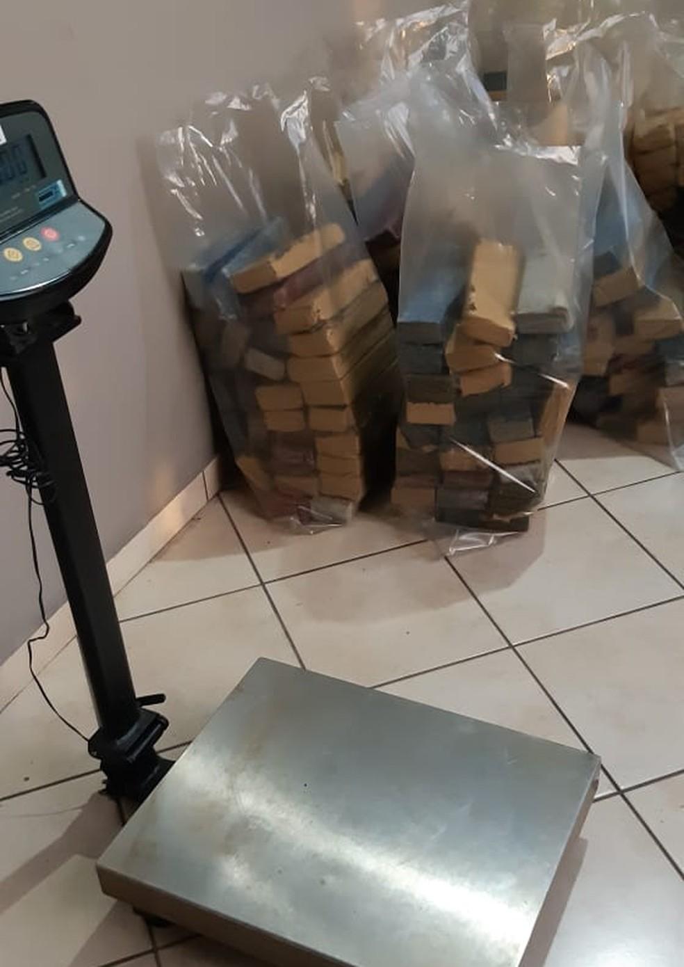 Droga foi apreendida após acidente, em Cajati — Foto: Divulgação/PRF
