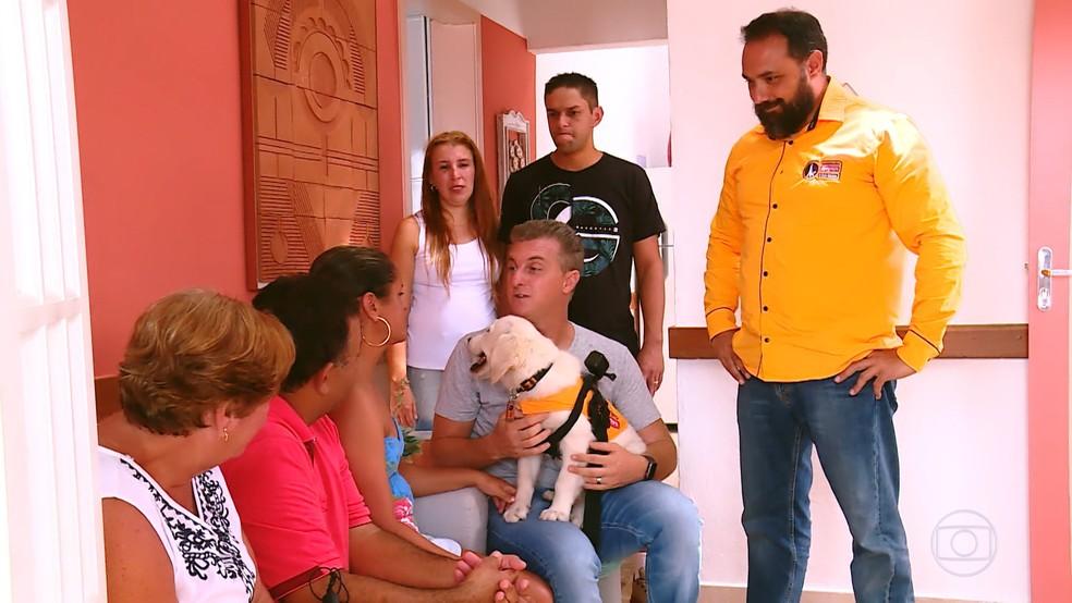 George Thomas, treinador de cães-guia, acompanhou a apresentação de Shakira a Lisandra — Foto: TV Globo