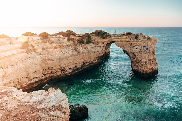 Albandeira Arch in South of Portugal During Sunrise (Foto: Getty Images/iStockphoto)