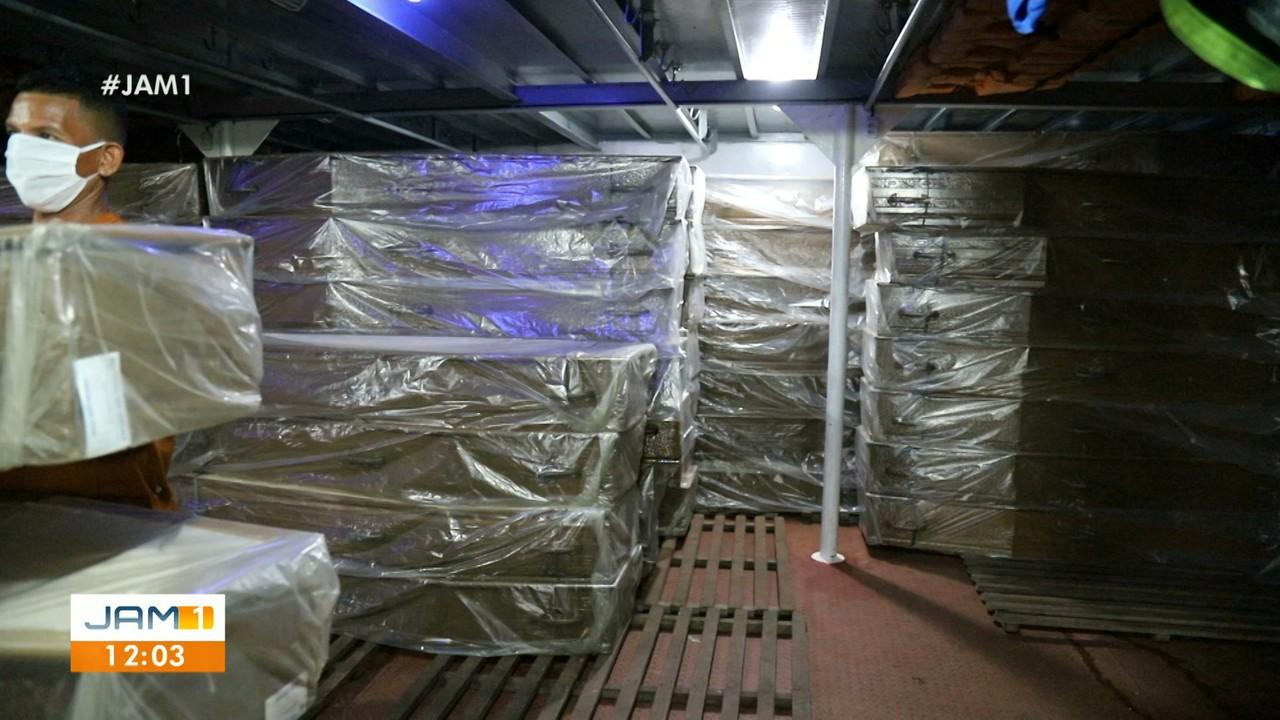 Caixões para atender alta demanda chegam a Manaus
