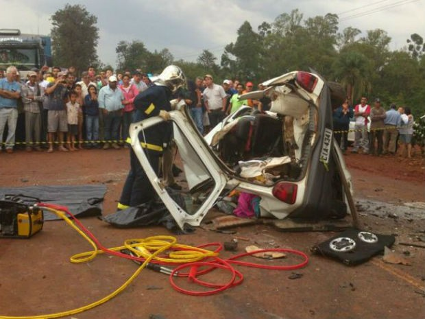 Motorista tentou ultrapassar um caminhão e bateu frontalmente com outro carro (Foto: Polícia Rodoviária Estadual/Divulgação)