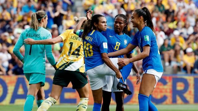 Marta mostra o símbolo da igualdade de gênero na chuteira durante a comemoração do gol do Brasil contra a Austrália na Copa do Mundo Feminina